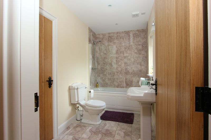 Ensuite Bathroom Facilities facilities | pat larry's cottage - omagh, tyrone